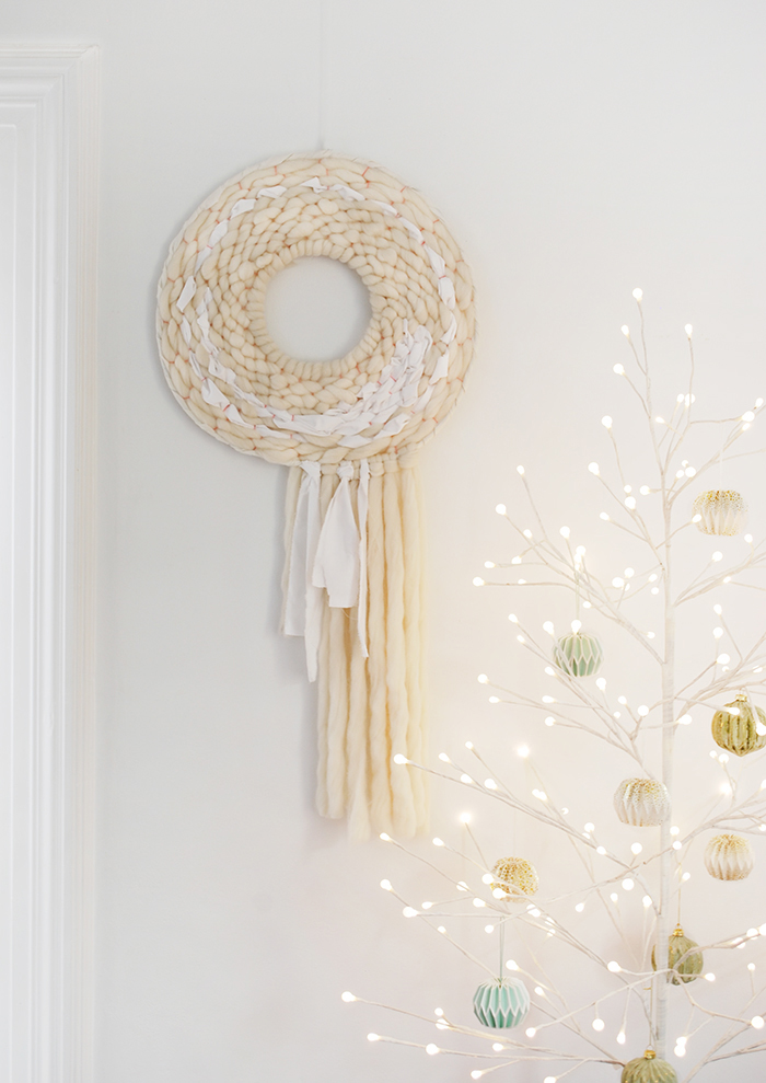 This modern Christmas wreath can hang all year round. DIY How to DIY - How to weave a round wall hanging